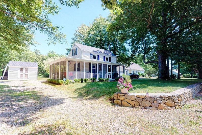 New listing! Family home on Main St. w/ screened porch & large yard - 1 dog OK!, casa vacanza a Cotuit