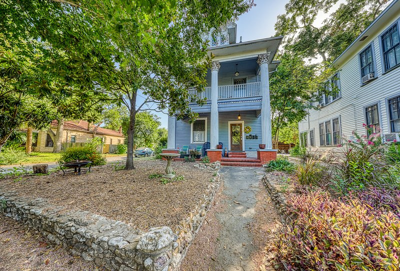 Cozy Austin cottage, large balcony, close to River Walk - dogs ok!, holiday rental in San Antonio