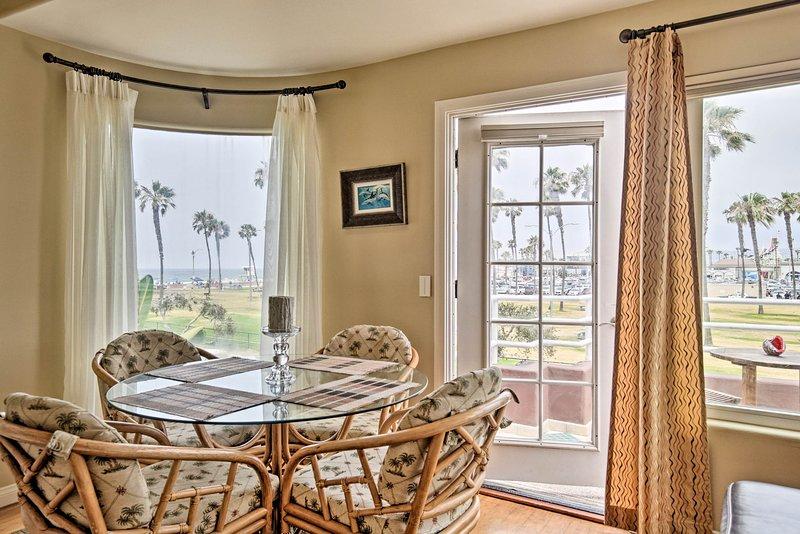 Eet binnen met uitzicht op Mission Beach vanuit dit appartement met 3 slaapkamers en 2 badkamers!