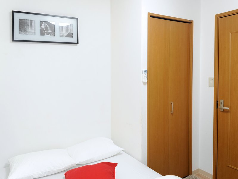 Namba 4 Bedrooms! 500m to Tsutenkaku 3 train lines, holiday rental in Osaka Prefecture