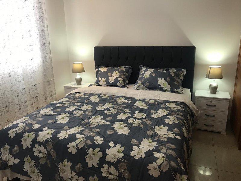 Hoofdslaapkamer met comfortabel queensize bed (2 1/2 zitplaatsen) en zachte matras voor een echte rust.