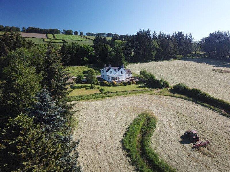 Milton of Drimmie Farmhouse situé dans un emplacement idyllique au milieu de jardins et de terres agricoles