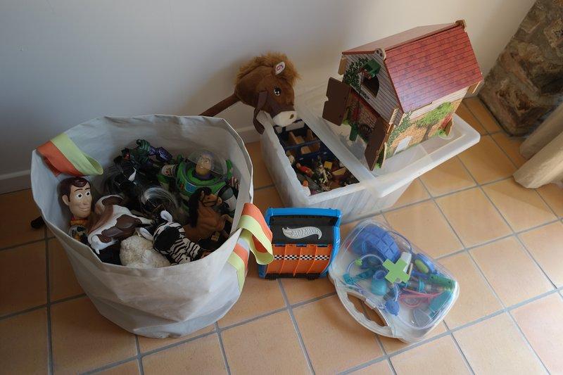 Nous avons des jouets, des livres, des jeux, des DVD, des sièges de toilettes, des marches, un lit de voyage, une chaise haute et une veilleuse!