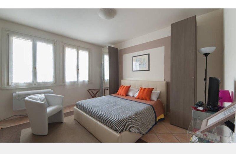 Intero appartamento centro città' con posteggio, alquiler vacacional en Brescia