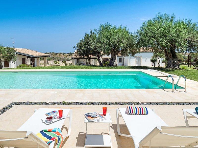 Contrada Casazza - Gruppilli Villa Sleeps 6 with Pool Air Con and WiFi - 5810375, location de vacances à Ispica