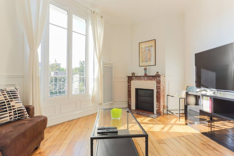 Shiny and Modern 2 rooms-flat | Paris-Villejuif | 5 mn to metro, casa vacanza a Villeneuve-le-Roi