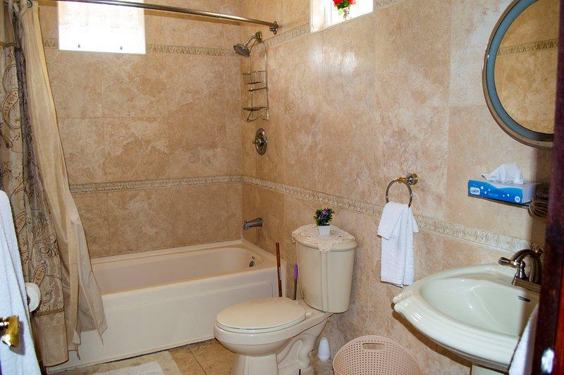 Baño del primer piso con baño