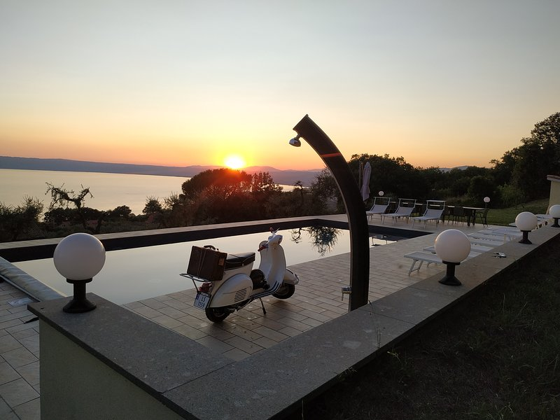 Bolsena luxury - 12x5 m saltwater pool - Stunning view - AC - wifi - Beach 2 min, holiday rental in Bolsena
