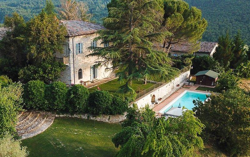 Villa La Palazzetta, private pool and basket court, shared tennis court, Ferienwohnung in Romazzano