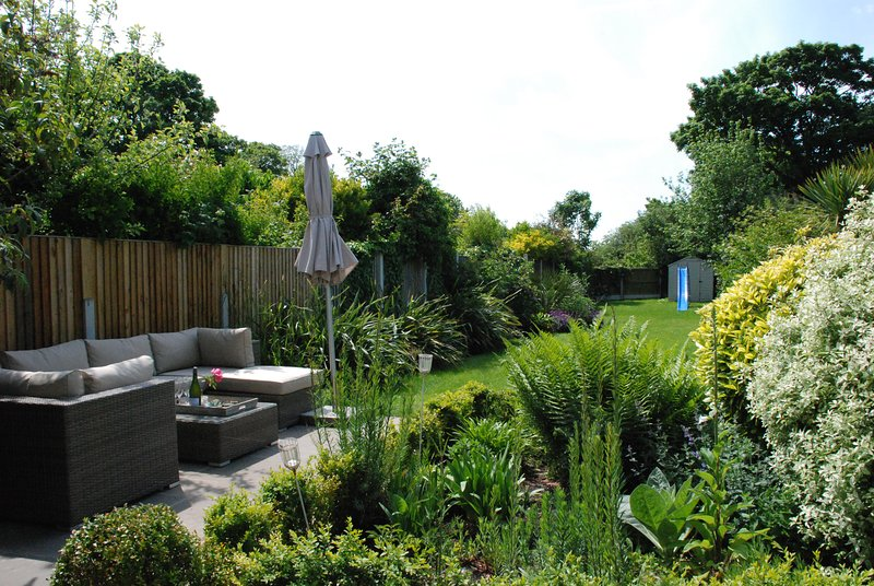 Superbe jardin orienté au sud, parfait pour les repas en plein air