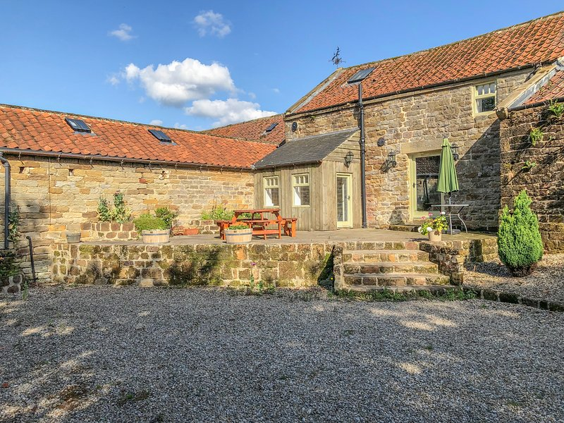 BLACK CAT COTTAGE, woodburner, on working farm, superb accommodation, Helmsley, vacation rental in Helmsley
