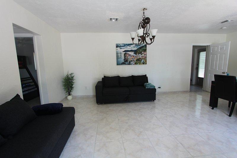⫷ Happy Holiday House, 3 Bedrooms & 2 Bathrooms ⫸, holiday rental in Miami Gardens