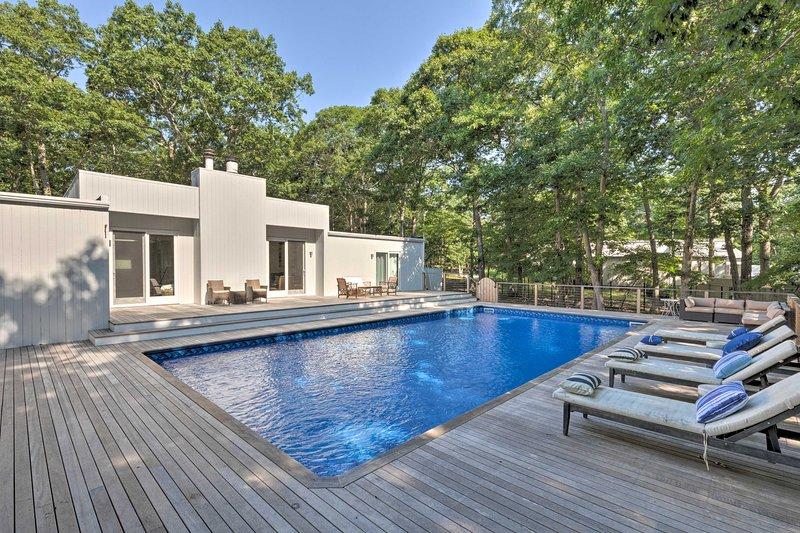 Hamptons Home w/ Heated Pool - Walk to Beach!, vacation rental in Springs