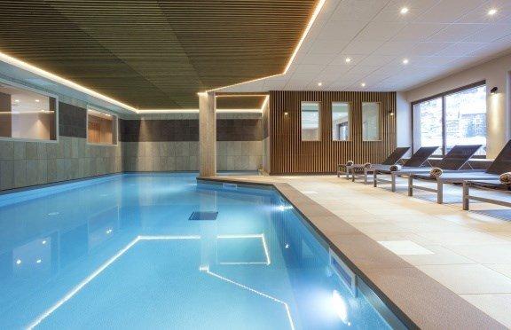 Vuoi fare una nuotata? Fai un tuffo nella piscina coperta in comune.