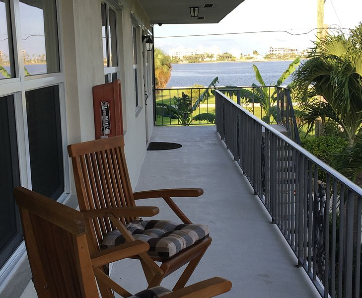 Water view Condo - Walking Distance To Everything!, alquiler vacacional en Lake Worth
