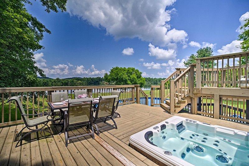Riverfront Decatur Home w/ Private Pool & Dock!, alquiler vacacional en Ten Mile