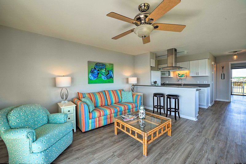 Carolina Beach Home w/ Views + Pool Access!, holiday rental in Myrtle Grove