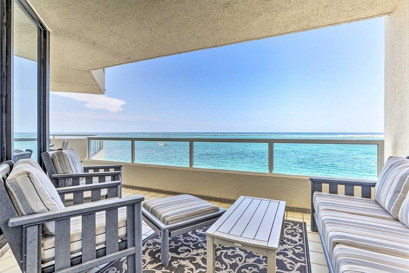 Beachfront Destin Condo w/Resort Pool & Spa!, alquiler de vacaciones en Shalimar