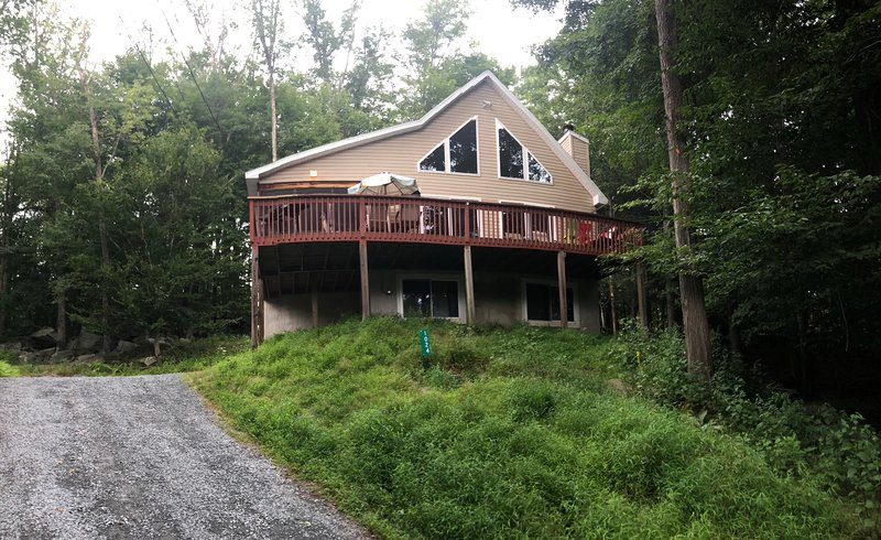 Poconos Mountains Vacation Home,Sleeps 14, near Lake, In/Outdoor Pool, fireplace, location de vacances à Lakeville