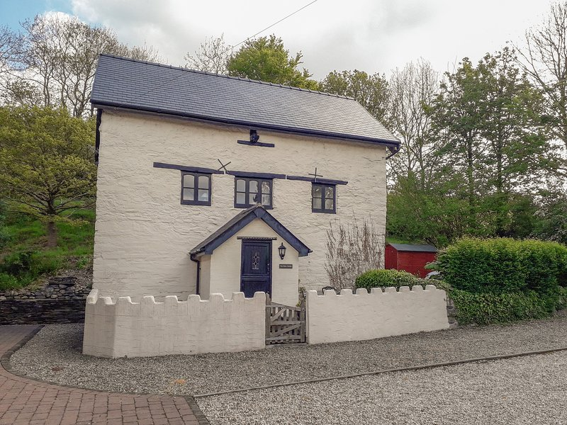 YR HEN FELIN, character features, games room, countryside views, near Corwen, holiday rental in Glyndyfrdwy