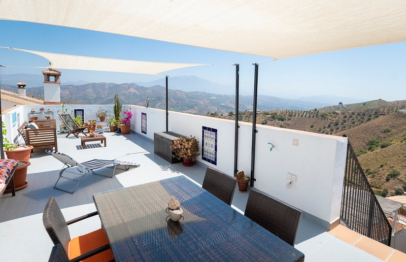 Idyllic Village House with Panoramic Rooftop Views, holiday rental in El Borge