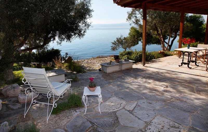 Waterfront Villa w Private Beach on the Aegean, location de vacances à Psatha