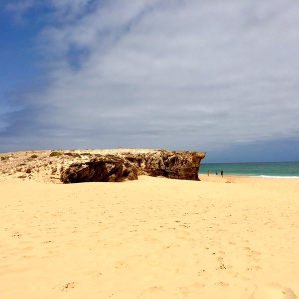 Playa Varandinha famosa por sus cuevas y formaciones rocosas
