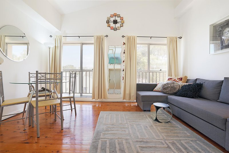 Top Floor Apartment Steps To Darling Harbour and ICC, alquiler vacacional en Camden