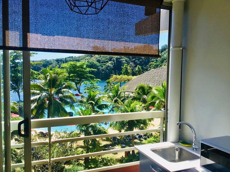 Bel apparteme avec superbe vue, directement sur la plage dans un hôtel 4*, holiday rental in Tahiti