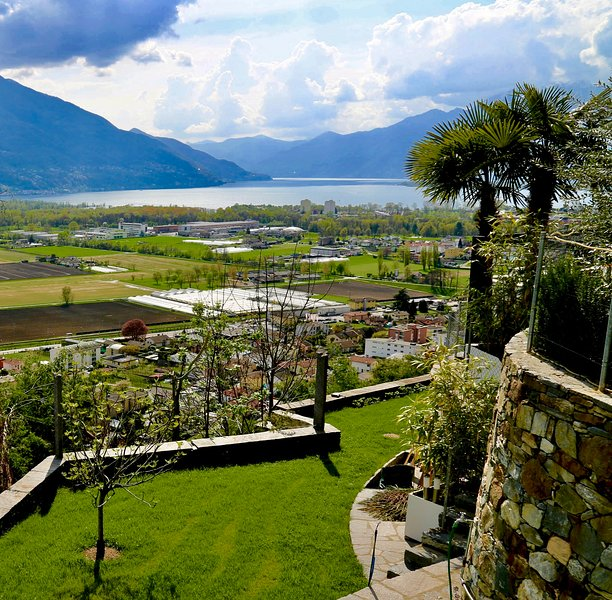 Beautiful Apartment with lake-view (Lago Maggiore), holiday rental in Cugnasco
