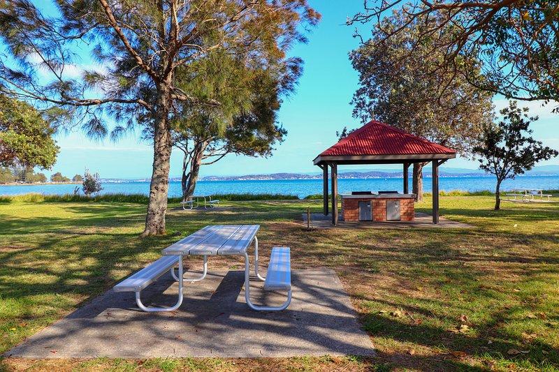 Tommys Lakehouse - stunning views of Lake Macquarie * waterfront *, alquiler de vacaciones en Lake Macquarie