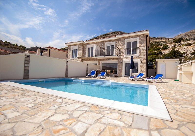 Villa Layla ben arredata con doccia a bordo piscina e bagno e lavanderia.