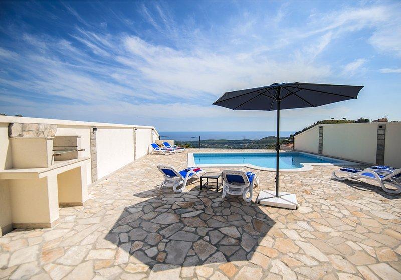 Splendida vista sulla splendida piscina, sulla valle fino al mare Adriatico e Dubrovnik