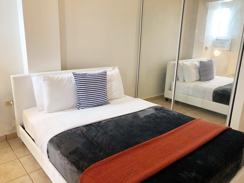 Lit Queen pour 2 personnes. comprend serviettes, linge de lit, TV ROKU et système AC; pour votre confort