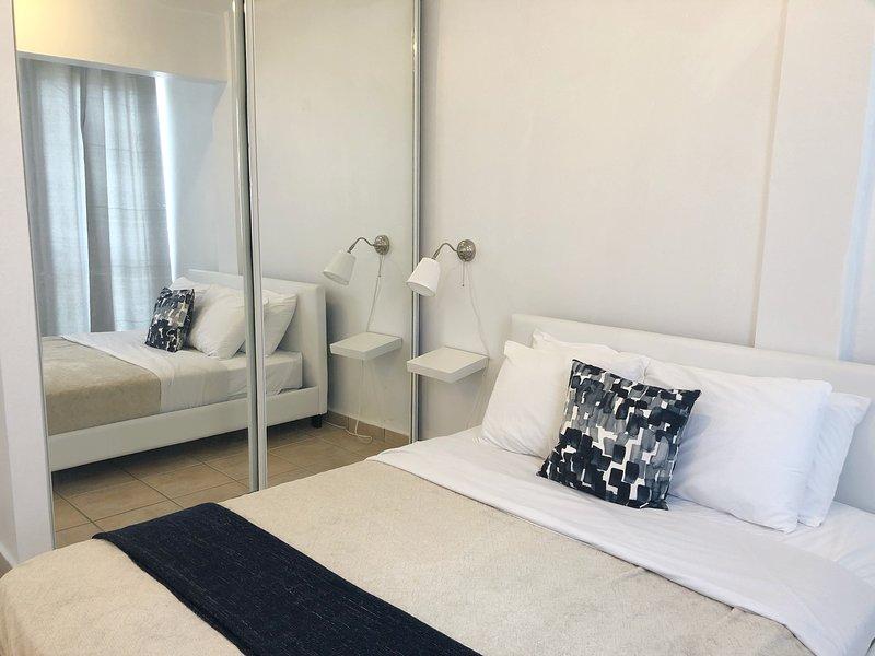 Cama Queen para 2 personas. incluye toallas, ropa de cama, TV sistema ROKU y AC; para su comodidad.