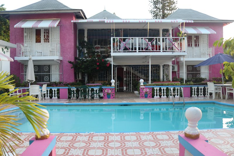 Pink Hibiscus Villa - Private Pool, location de vacances à Ironshore