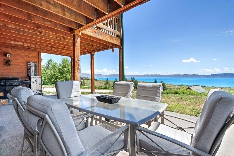 New listing! Cabin-style home w/ full kitchen, deck, patio, view- near Bear Lake, location de vacances à Fish Haven