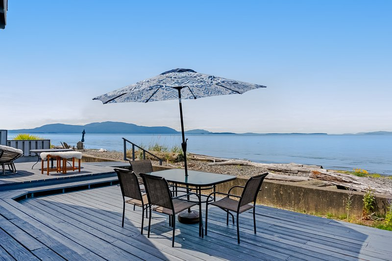 New listing! Water front & view home w/ WiFi, deck & shared tennis courts!, location de vacances à Ferndale