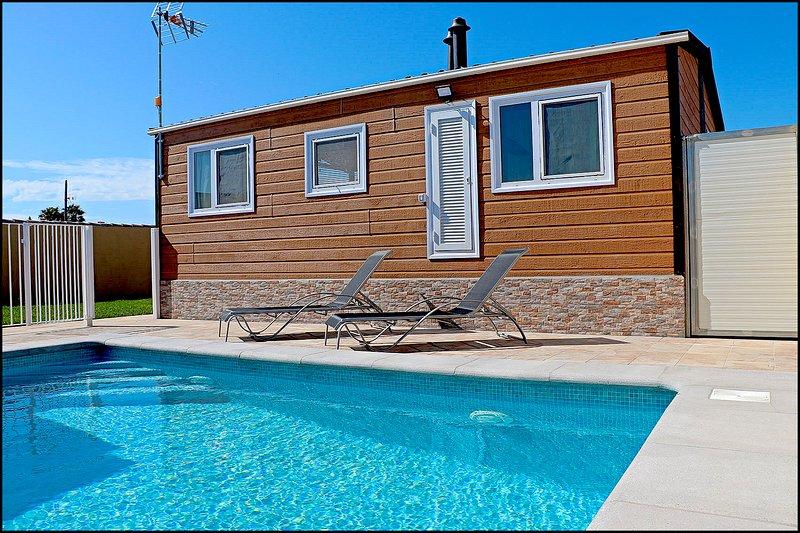Bungalow con piscina privada, aluguéis de temporada em Los Naveros