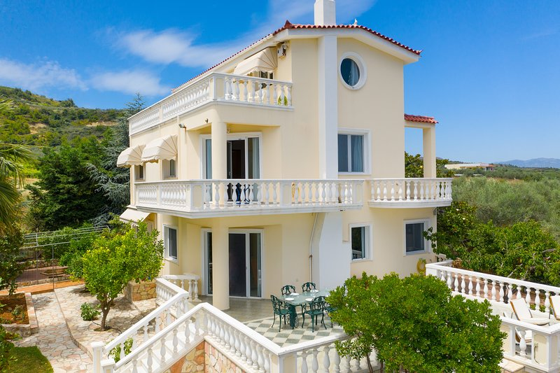 Villa Stella: A dream house in the outskirts of Kiato, Korinthos, holiday rental in Galatas
