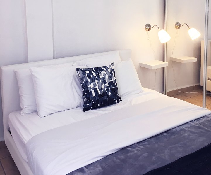 Queen bed for 2 people. includes towels, bed linen, TV ROKU and AC system; for your comfort.