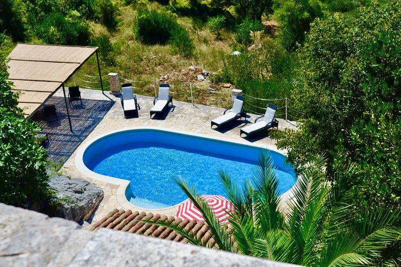 Restored 350 year old Villa, stunning views, idyllic location, large pool, location de vacances à Viganj