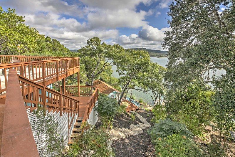 Waterfront Lakehills Home w/ Pvt Dock & Lake Views, casa vacanza a Bandera County