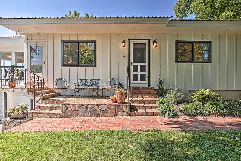 Charming Summerville Home w/ Yard & Sunroom!, holiday rental in Armuchee