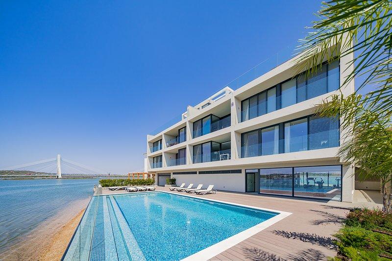 Stylish Riverside Apartment | Overlooking Arade River | Lagoa | Pool | Gym, casa vacanza a Odelouca