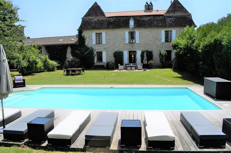 Luxury 6 Bedroomed Riverside Maison with Pool & Gardens, vacation rental in Berbiguieres