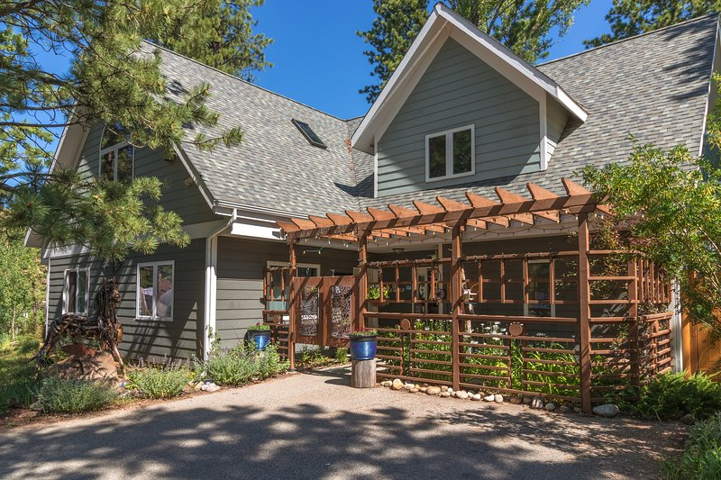 Lux home on the river downtown Estes great low rates, vacation rental in Estes Park