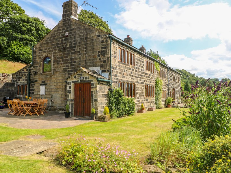 STEPHENSON HOUSE, detached, en-suites throughout, Grade II listed, en-suite, holiday rental in Ripponden
