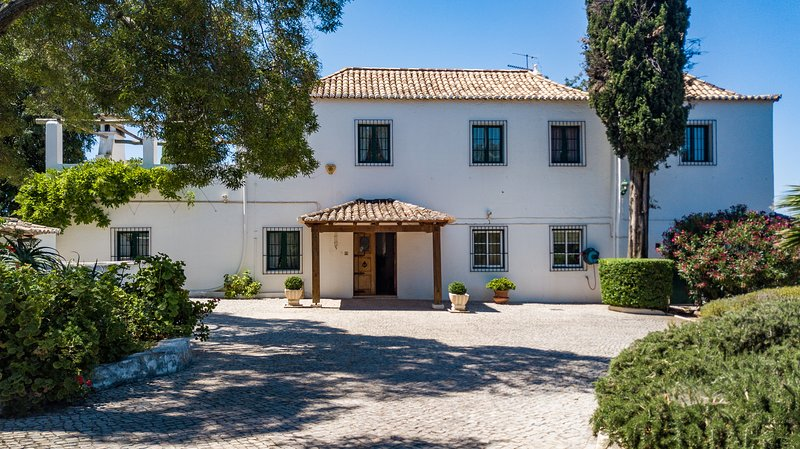 Quinta property set in private grounds