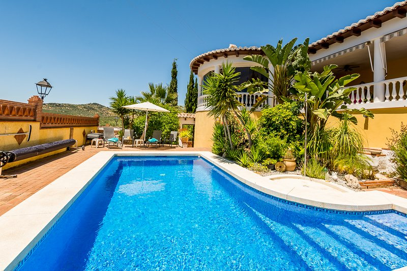 Villa Mondriana - Immaculate 2 Bedroom 2 Bathroom with Private Pool for 4(MAX 6), alquiler vacacional en Periana